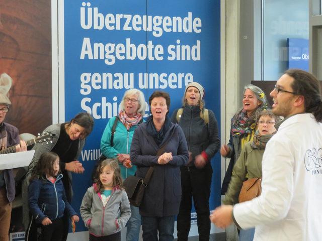 https://www.soziokultur.de/wp-content/uploads/2020/03/©Suilian-Richon-Wuppertal_Strassenchor1-640x480.jpg