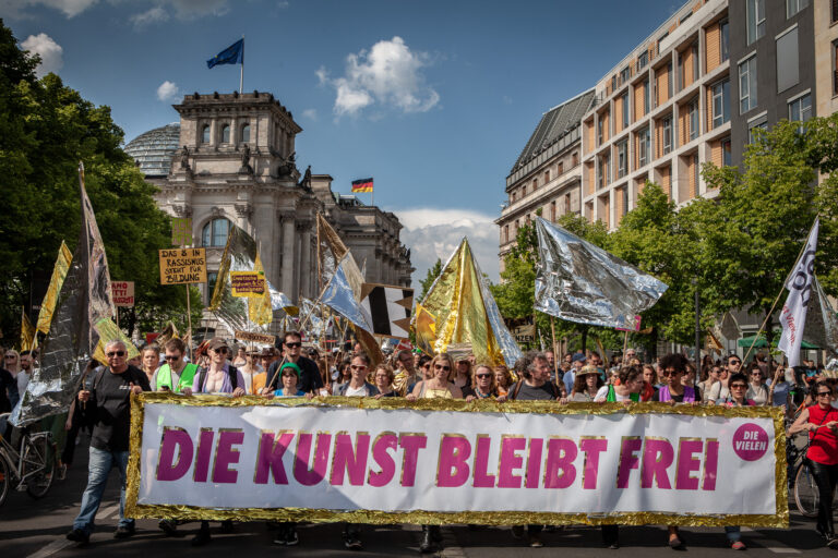 Unite and Shine vor dem Deutschen Bundestag